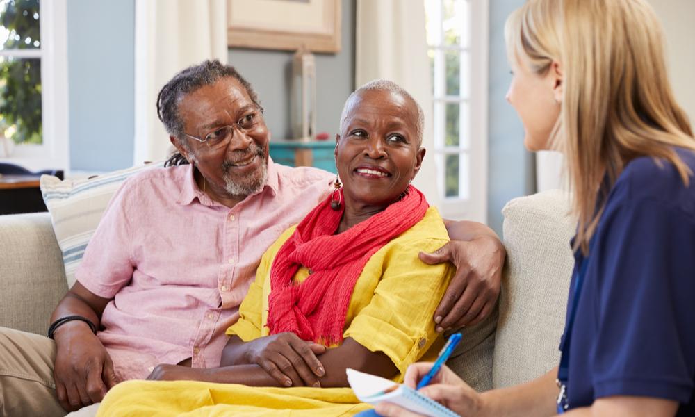 Profissional Da Saúde Prestando Atendendo Paciente Em Home Care