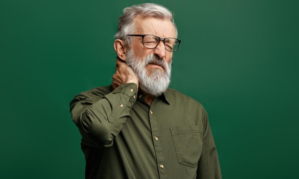Homem Com Mais De 50 Anos Com Dor No Corpo