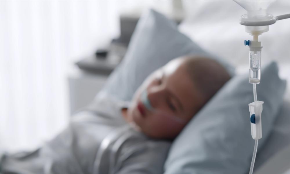 Criança Internada No Hospital Fazendo Tratamento Para Linfoma De Burkitt