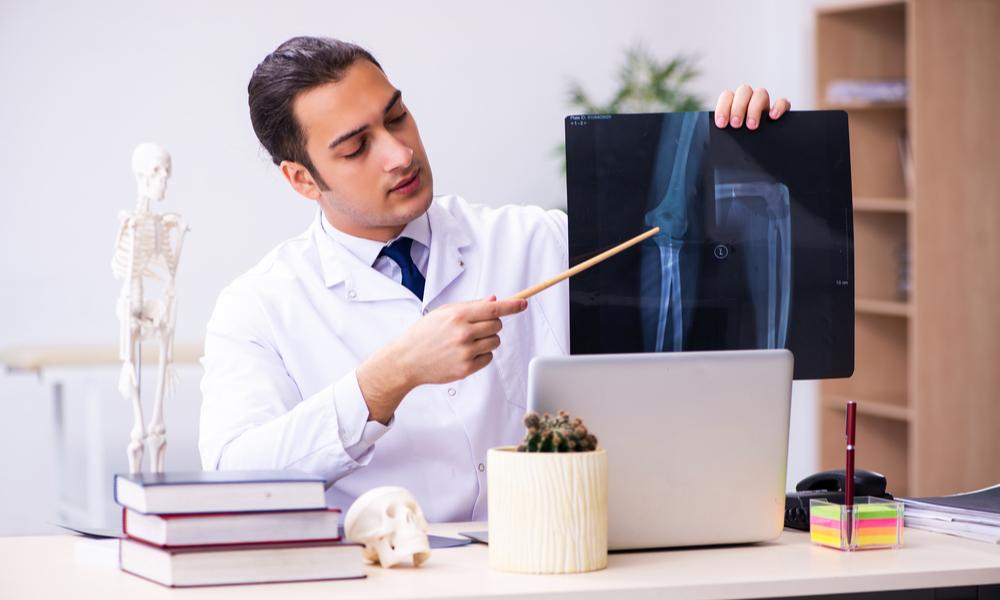 Médico Homem Olhando Para Um Raio-x