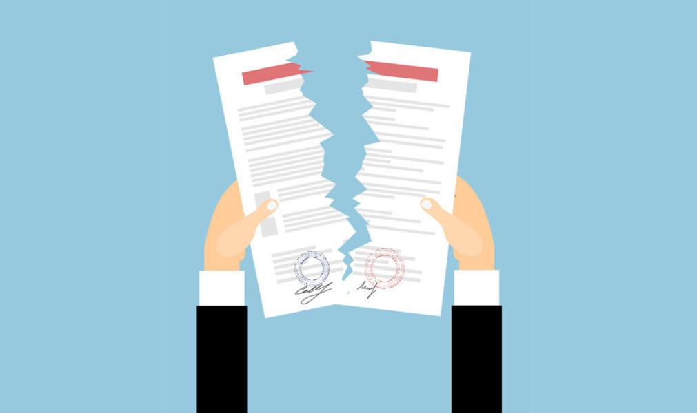 Pessoa Rasgando Um Contrato Indicando A Quebra De Patente