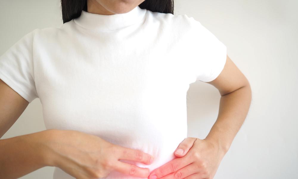 Mulher Com Dor Do Lado Esquerdo Do Abdome Devido Ao Baço Aumentado