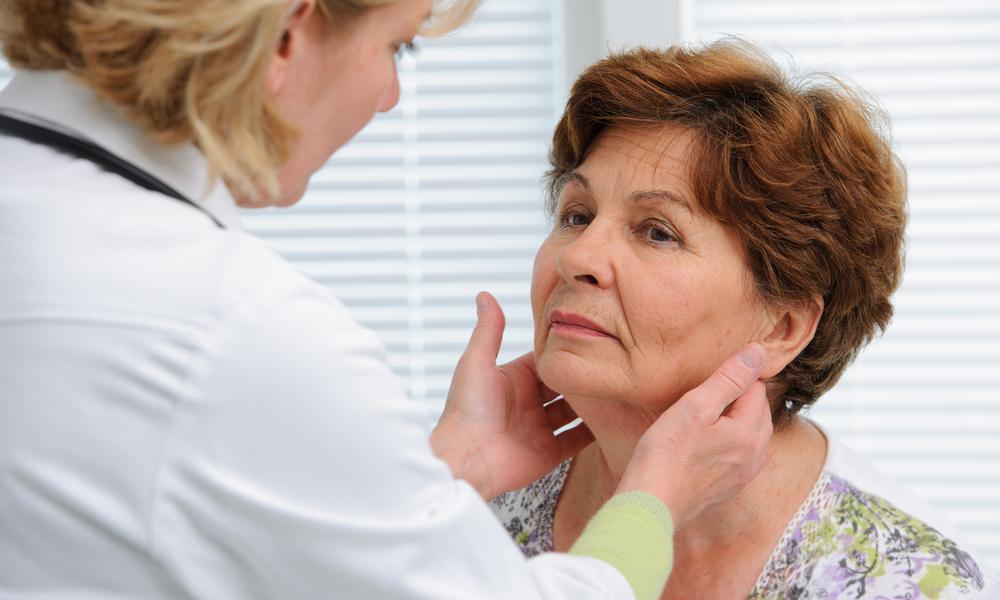 Médica Analisando Um Caroço No Pescoço De Uma Senhora